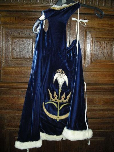 Blauwe fluwelen mantel en kleedjes voor het beeld van Onze-Lieve-Vrouw met Kind