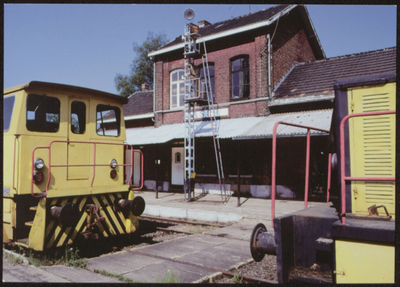 As. Stationssite. Het station van As is gebouwd op de lijn Hasselt-Maaseik, Hasselt-Genk. Deze werd in gebruik genomen in 1874. Met de ontdekking van het Limburgse steenkoolbekken werd deze lijn belangrijk voor de aansluiting met de mijnzetels van Genk en Eisden. De lijn Genk-As werd tijdens WO II door de duisters [sic] opgebroken om met dat materiaal gesaboteerde spoorlijnen te herstellen. De Limburgse stoomvereniging richt het oude stationnetjes van As momenteel in als museum