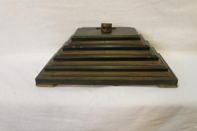 Een houten voetstuk