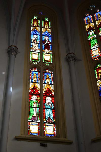 Reeks van zes glasramen in het koor