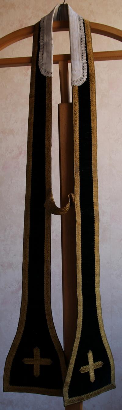 zwarte stola met kruisje, en tussenstuk