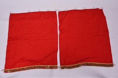 Set van twee rode gordijntjes voor het tabernakel