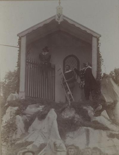 Foto: straatversiering: het mirakel van de dief op het hek, Maastrichterpoort (Virga Jessefeesten, Hasselt, 1898)