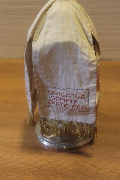 Wit ciborievelum met opschrift