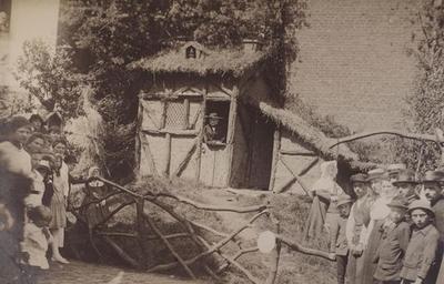 Foto: straatversiering: Huisje van Hendrik, eerste inwoner van Hasselt, Dorpstraat (Virga Jessefeesten, Hasselt, 1919?)