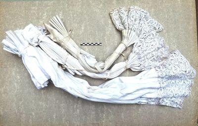 2 kleine en 1 groot koorhemd / albe / rochet in linnen en kant