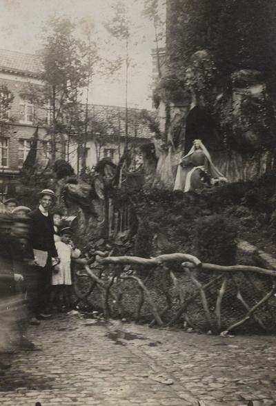 Foto: straatversiering: Goddelijke Herderin, Fruitmarkt (Virga Jessefeesten, Hasselt, 1912)