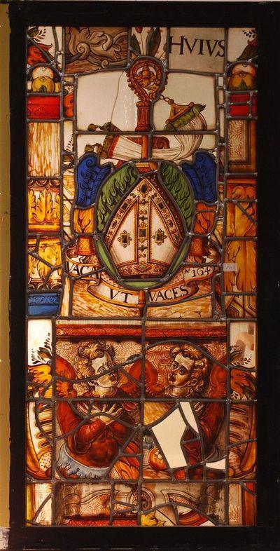 Fragmenten van een glasraam met pontificalia en devies van abt Jozef Geldolf van Rijckel