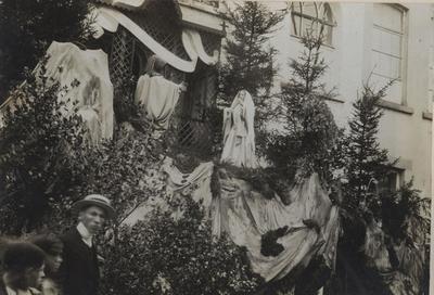 Foto: straatversiering: Bezoek van Maria aan Elisabeth (Virga Jessefeesten, Hasselt, 1912)