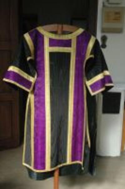 Zwarte dalmatiek met paarse strook