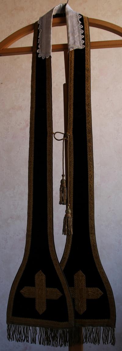 Zwarte stola met kruis en kwast