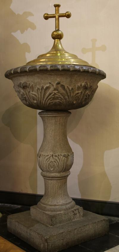 Stenen dooopvont met koperen (niet originele) deksel