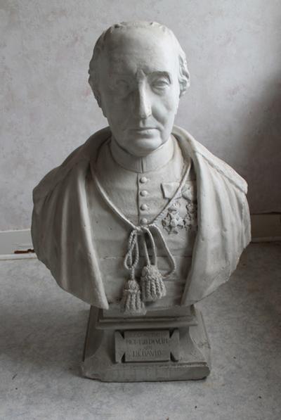 een wit geschilderde buste