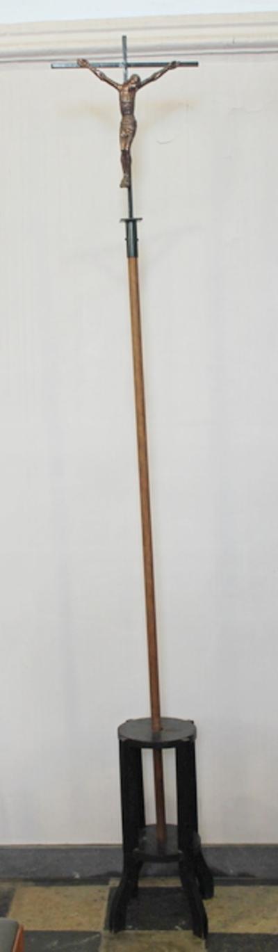 Een processiekruis op een houten sok