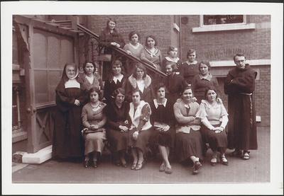 Groepsfoto Eisdense meisjes op retraite (1935).