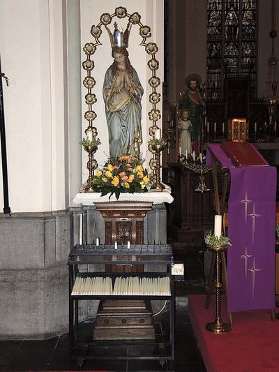 Maria op wereldbol omgeven door lichtkrans