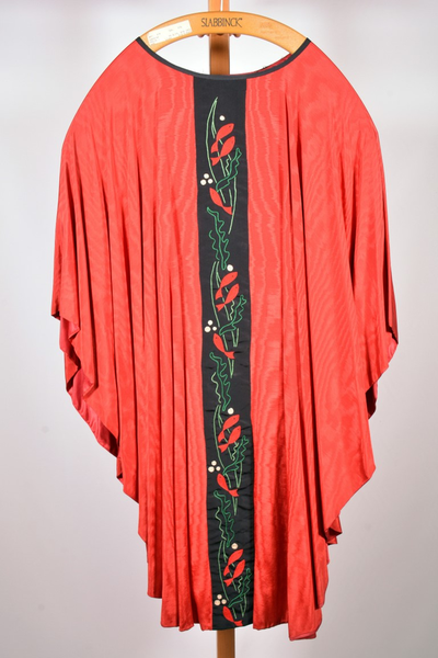 Rood kazuifel met bijhorende stola