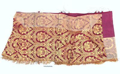 1 altaarkleed - communiekleed in rood en goudkleurige versiering, + DOMINI.DOMINO..BENEDICTE+ + OMNIA OPERA+