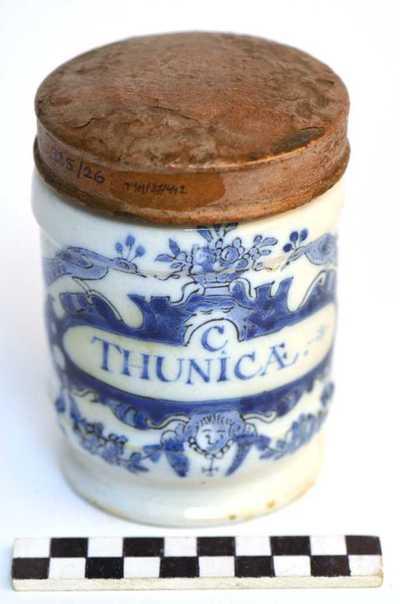 Delfts blauwe apothekerspot; C THUNICÆ. en PULV: SALEP