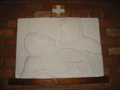 Statie 13 - Jezus wordt van het kruis afgenomen