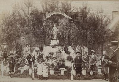 Foto: straatversiering: Moeder van Barmhartigheid, in het Begijnhof (Virga Jessefeesten, Hasselt, 1898)