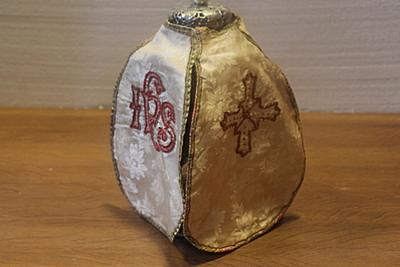 Wit ciborievelum met IHS-monogram