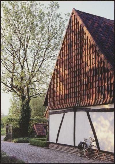 Diepenbeek. Vakwerkhoeve. Limburg telt nog vele vakwerkhoeves. De houten geraamtes van deze gebouwen werden meestal gevuld met leem op vlechtwerk en nadien witgekalkt