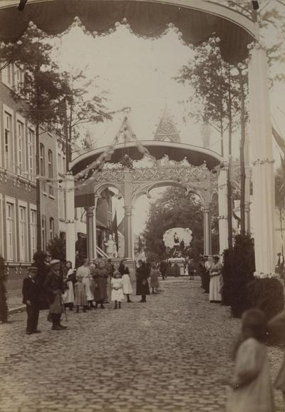 Foto: straatversiering: Demerstraat en Kempische Poort (Virga Jessefeesten, Hasselt, 1898)