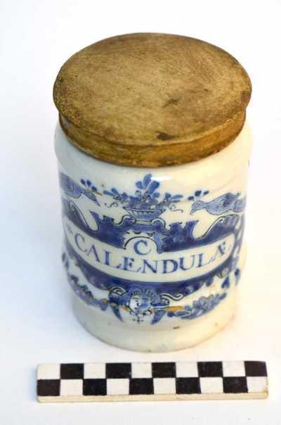 Delfts blauwe apothekerspot; C CALENDULÆ en SAL AMMONIAC: