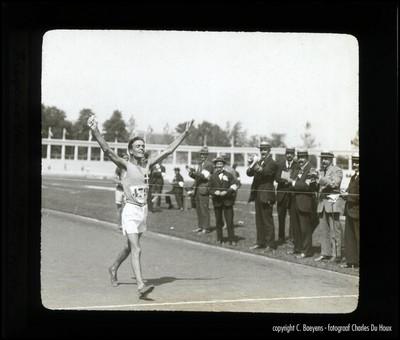 De Italiaan Frigerio wint zowel de 3.000 als de 10.000 km snelwandelen. Na zijn overwinning ontvlucht hij de ovaties van zijn landgenoten die hem willen eren. Als een pijl uit een boog schiet hij naar het persbureau om een telegram te sturen naar zijn moeder om zijn overwinning te melden. Mama zal fier zijn op haar zoon Ugo, zegt hij zelf