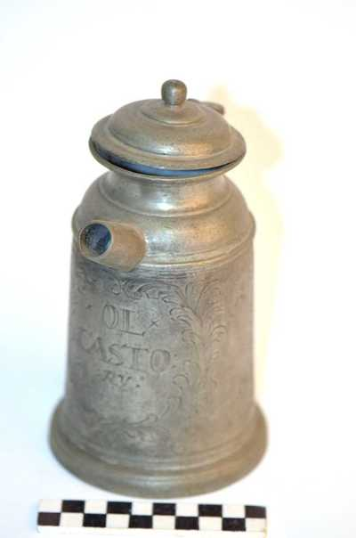 tinnen pot met deksel en teut voor o.a. olie en siroop; OL*CASTO RY en SYRUP RIBESIORUM
