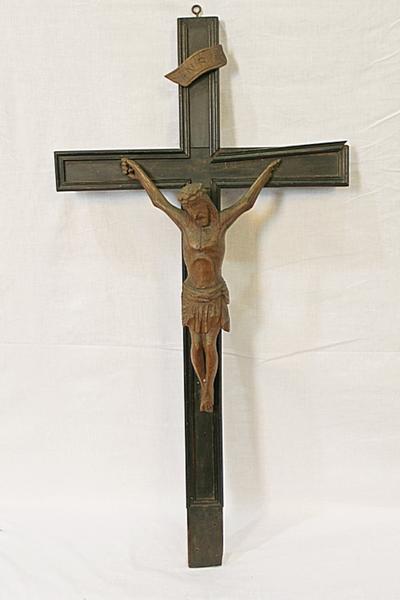 Een houten kruisbeeld op voet en met Christusfiguur