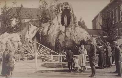 Foto: straatversiering: Onze-Lieve-Vrouw van Lourdes, Luikerpoort (Virga Jessefeesten, Hasselt, 1919)