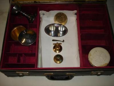 koffer met liturgische voorwerpen