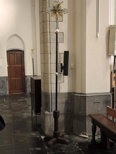 kruis op bol op houten staak (met nodus)