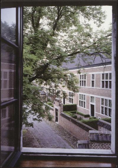 Hasselt. Begijnhof. Oorspronkelijk (1267) lag het begijnhof buiten de stad. In 1571 werd het binnen de stadsmuren opnieuw opgericht. Het huidige, derde, begijnhofcomplex werd gebouwd vanaf 1707, in Maaslandse stijl. Bij het bombardement van 1944 werd de centraal gelegen barokkerk tot ruïne herleid. Het begijnhof huisvest momenteel het Provinciaal
