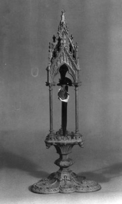 Glazen stolp met reliekmonstrans van het H. Kruis