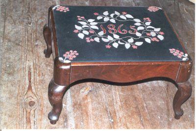 stoel - voetstoel in zwart vilt met appliqué van rode bloementakjes
