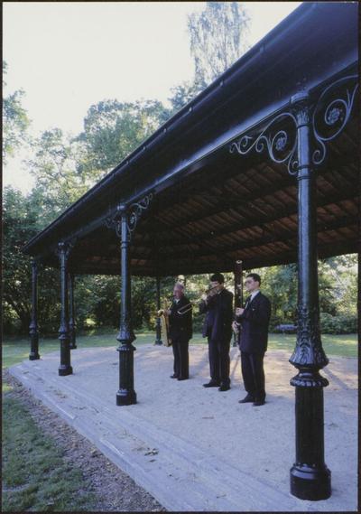 Herk-de-Stad. Préau in het park Olmenhof. Deze 19de eeuwse, gietijzeren 'kiosk' is eigenlijk een overdekte speelplaats, een zogenaamde préau. Ze is afkomstig uit de tuin van het Ursulinenpensionaat in Herk-de-Stad en werd door de gemeente heropgericht in het gemeentelijk park Olmenhof, in 1999