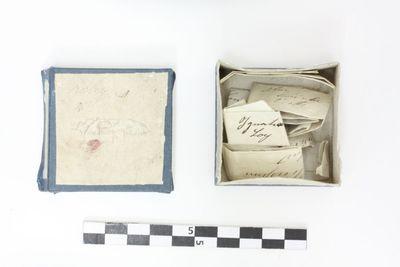 kartonnen vierkant doosje met bewijsbrieven in blikken doosje