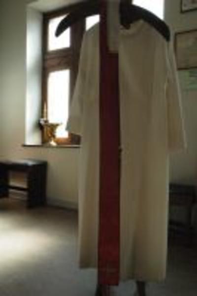Rode stola met goudgeborduurd kruis