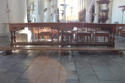 Twee houten kerkbanken