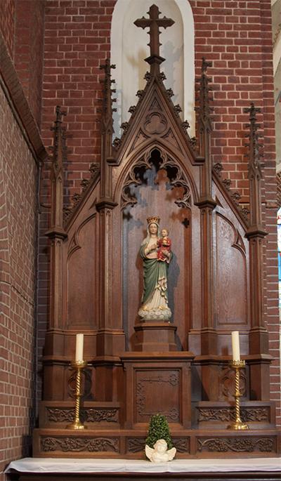 Twee houten zijaltaren