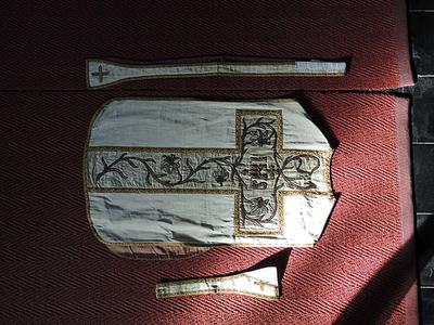 kazuifel, stola, manipel, kelkvelum, bursa (enkelrand lelies)