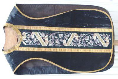 kazuifel in zwarte zijde, goudgalon en kruisjessteek en met opschrift: Requiem aeternam dona feb (?) Domine