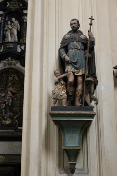Sokkel voor het (verdwenen) beeld van Sint Michiel en waarop het beeld van Sint Rochus is geplaatst