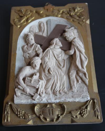 Statie 02: Jesus neemt zijn kruis op zijn schouders.