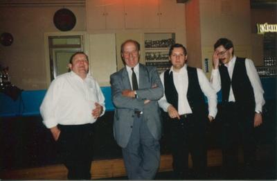 Eugène Teclavers samen met de obers