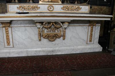 de kaarsenbank van het altaar van het Onze Lieve Vrouwaltaar