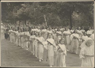 Processie - de 'Zingende Maagden'.